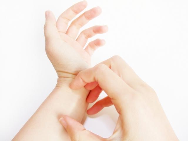 手を掻く写真