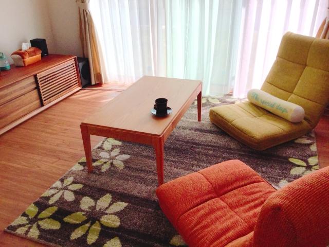リビングのカーペット、カーテン、座椅子の画像