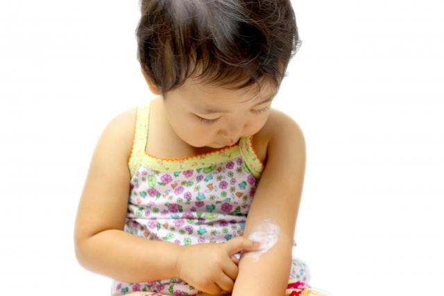 薬を塗る子供