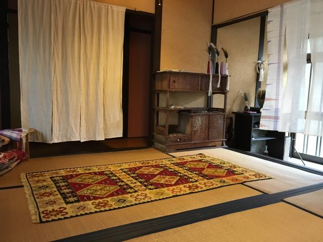 畳の上に敷いたカーペット