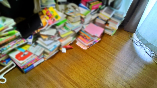 床に積み重なった本