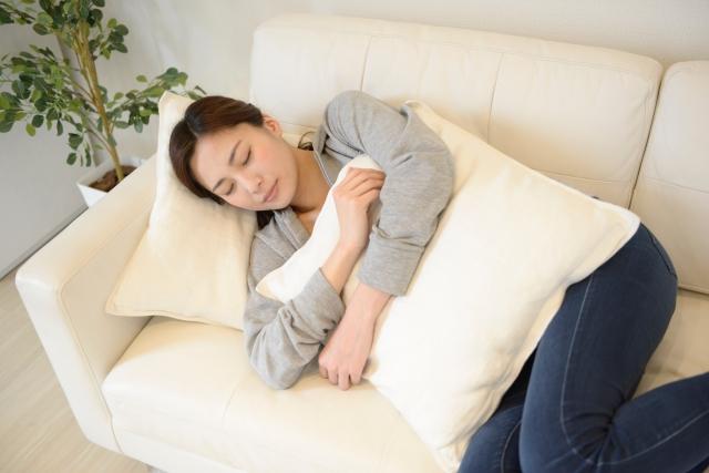 ソファで寝る女性
