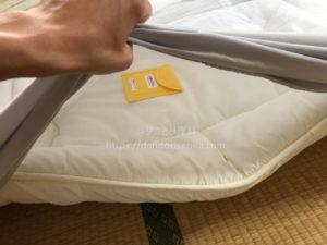 ダニ取りシートを布団に設置
