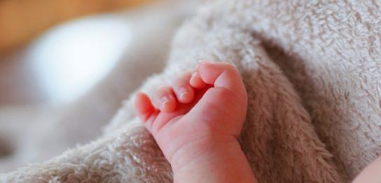 毛布と赤ちゃんの手
